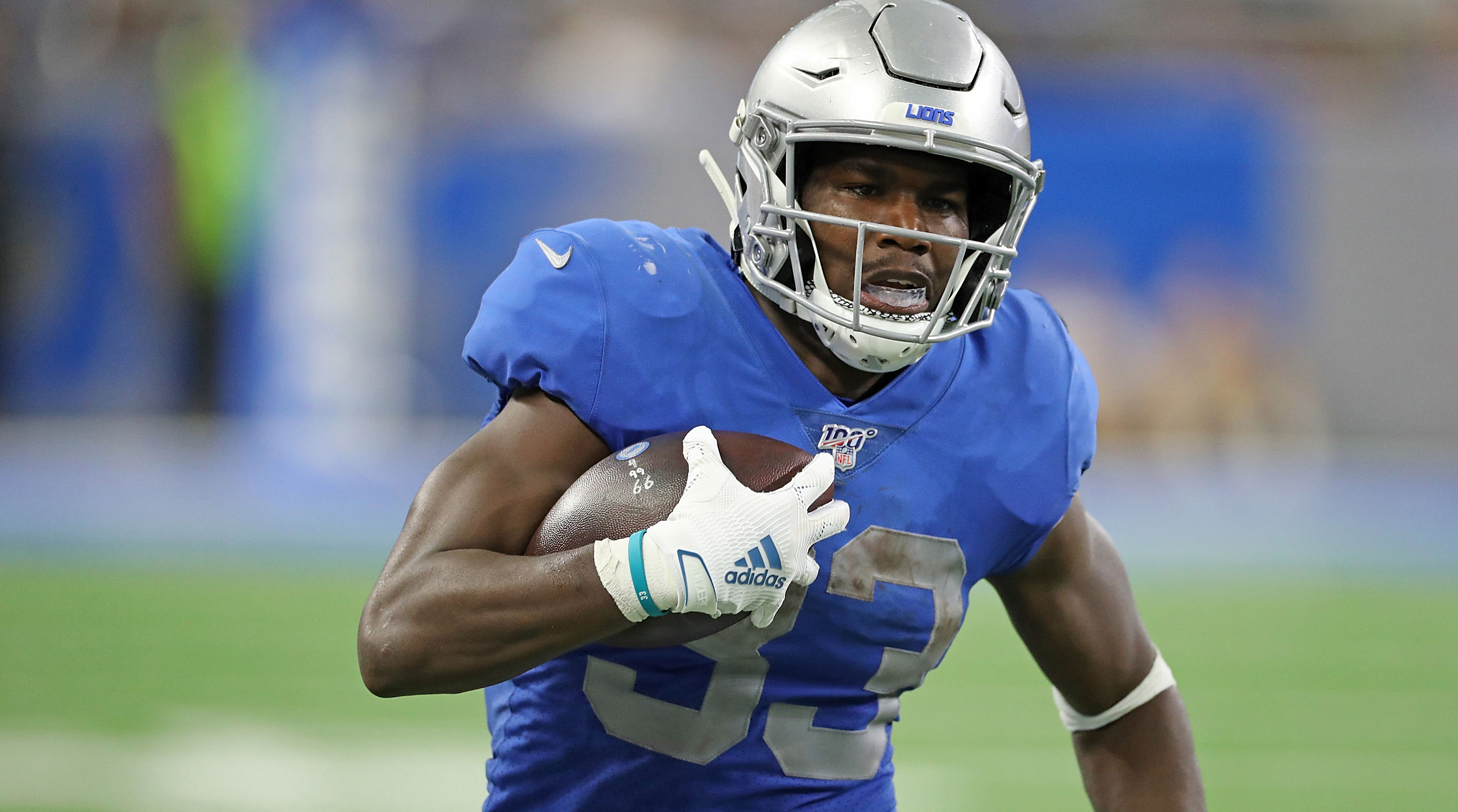 Kerryon Johnson running the ball for the Lions.
