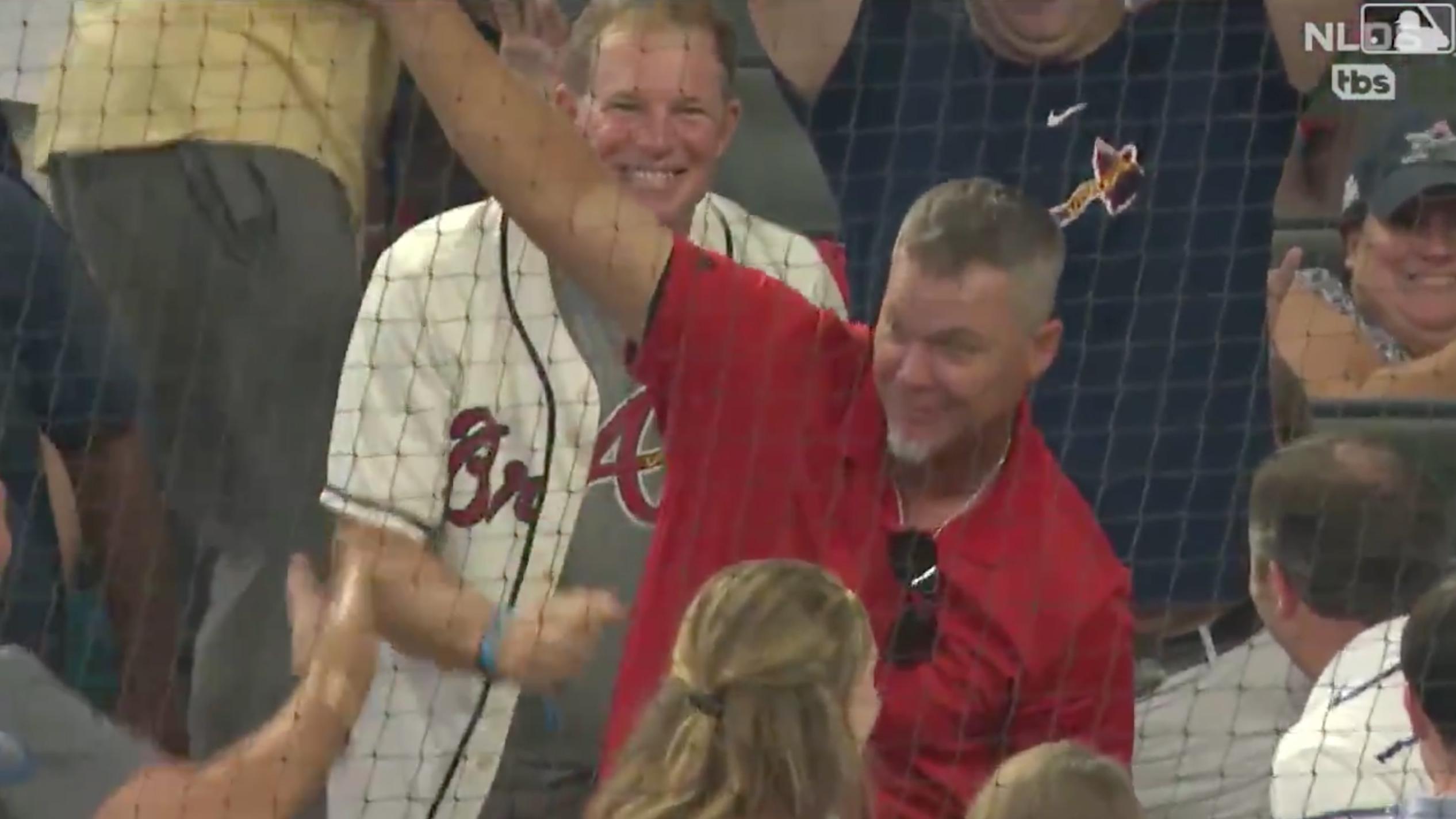 Braves-Cardinals: Chipper Jones catches foul ball (video)