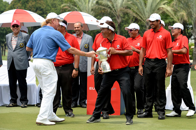 Team Europe captain Miguel Angel Jimenez and Team Asia captain Thongchai Jaidee joke around with the EurAsia Cup.