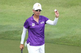 Karrie Webb acknowledges the crowd after finishing her first-round 66.