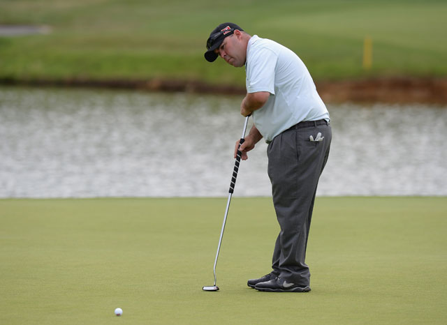 Kevin Stadler makes birdie putt on the 15th green to go -11 at the French Open.