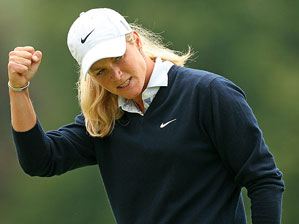 Suzann Pettersen's 69 gave her a share of the lead going into the final round.