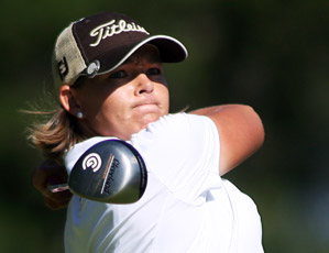 Katherine Hull held off Se Ri Pak with a three-under 69 to win her first LPGA title.