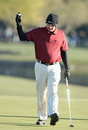 Gainey fought through the cold weather to tie for the lead heading into Saturday.