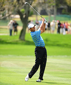 Woods made four-straight birdies on the back nine to move back into contention.
