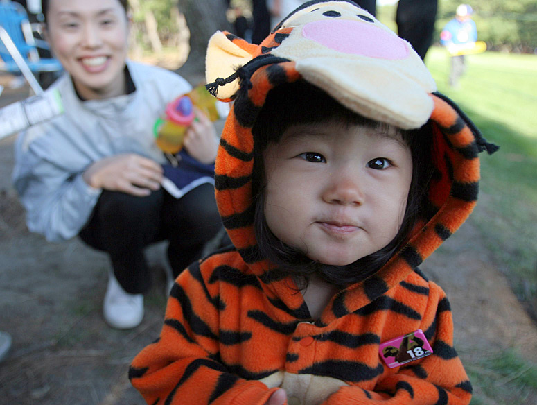 Miu Noguchi, 1, and her mother Samtomi Naguchi waited for Woods along the 18th fairway during the 2005 Dunlop Phoenix Open in Japan.