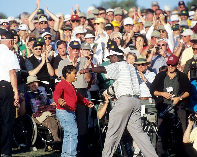 Vijay Singh greeted his son just of the 18th green after winning in 2000.