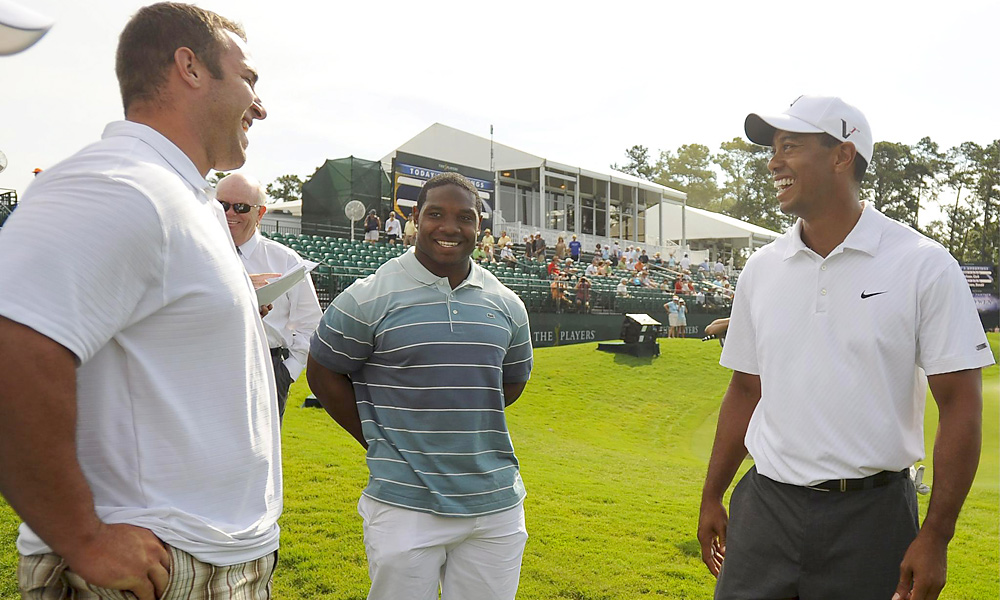 Woods stopped to chat with the Jacksonville Jaguars' Maurice Jones Drew (center) and Derek Landri after a practice round at the 2009 Players Championship.
