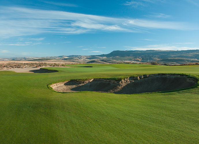 The finishing hole is a 566-yard par 5 that winds to a conclusion near the Gamble Sands clubhouse where you can grab a slice of Gebbers Country Apple Pie at the Danny Boy Bar & Grill.