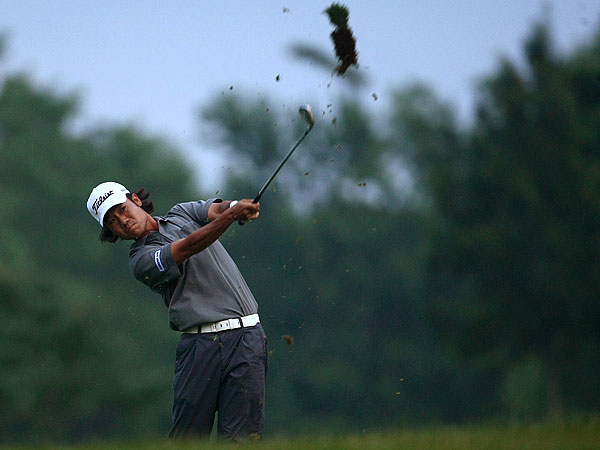 Kevin Na shot an impressive 63 in wet conditions to take the overnight lead.