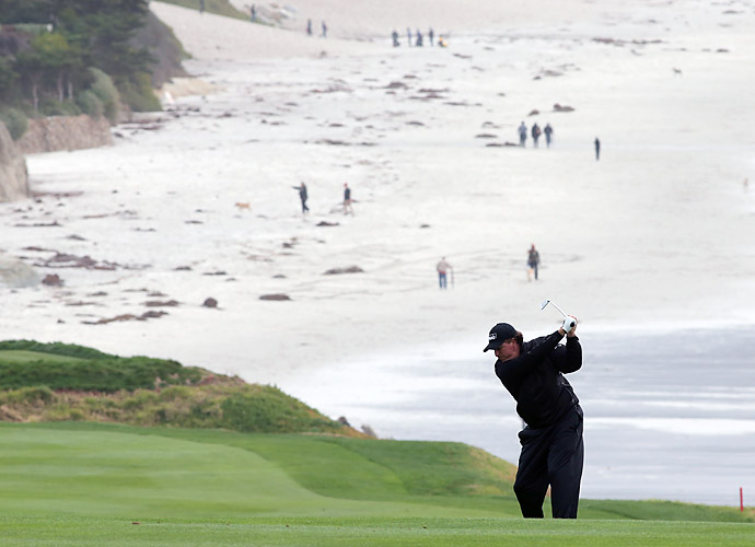 Phil Mickelson turned in his worst round of the tournament on Sunday, shooting a 2-over 74 to drop to T19.