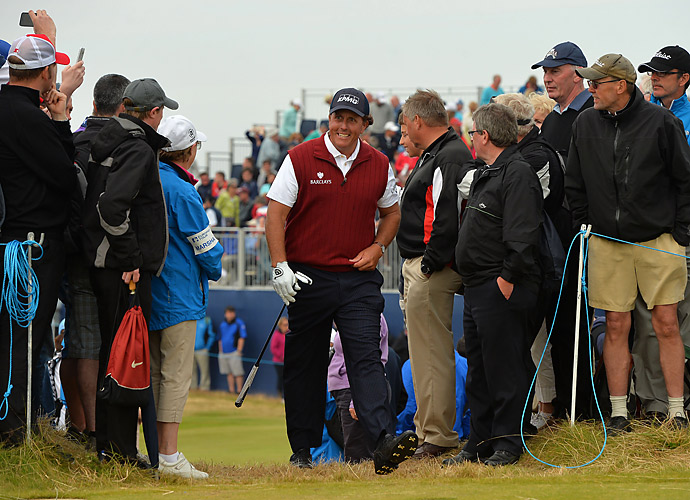 Mickelson, the defending champion, was well-received by the Scottish fans at Royal Aberdeen.