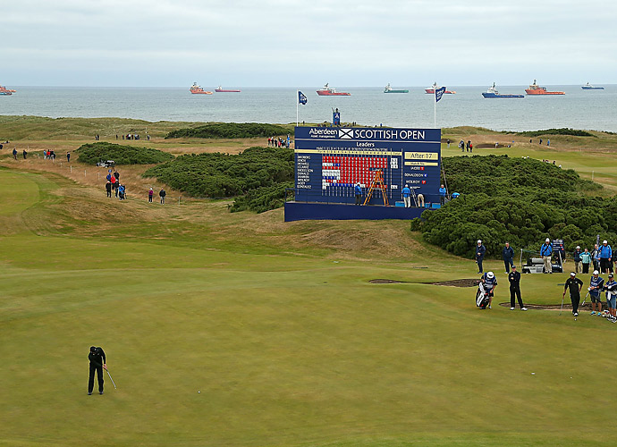 McIlroy putts on the 18th hole at Royal Aberdeen.