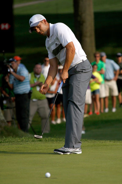 Sergio rolls in a put on the 18th green to shoot 27 on the back, the low nine holes of his career.