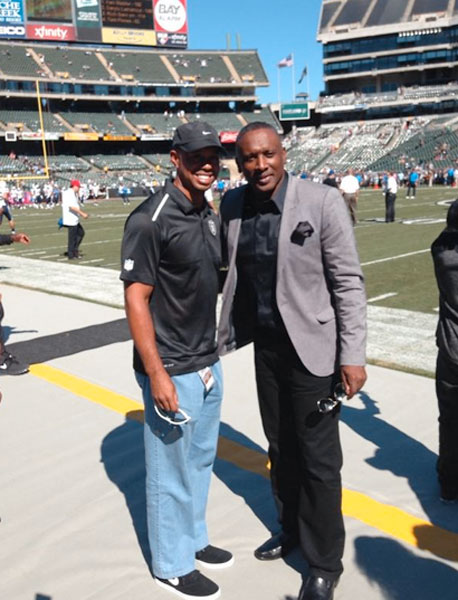 Tiger donned his 'mom jeans' again for a sideline visit with Tim Brown during the Oakland Raiders game Sunday. He hopefully picked up some sartorial tips from the retired Oakland wideout.