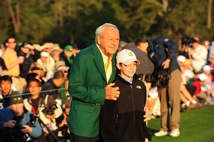 Arnold Palmer with with young fan at the 2009 Masters.