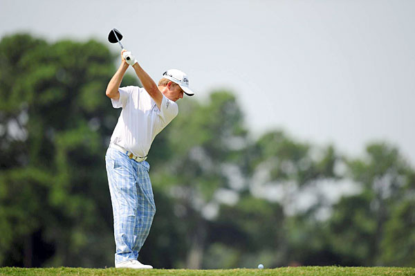 David Toms made an eagle and three birdies on the back nine to shoot a 65.