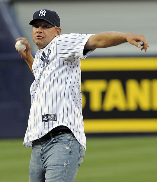 Lucas Glover, a fan of the Yankees and winner of the 2009 U.S. Open at Bethpage Black, threw out the first pitch at a Yankees/Rangers game.
