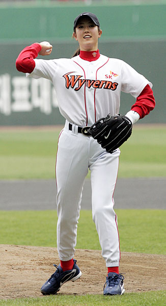 In April 2006, Michelle Wie threw out the first pitch at a Doosan Bears/SK Wyverns game in South Korea.