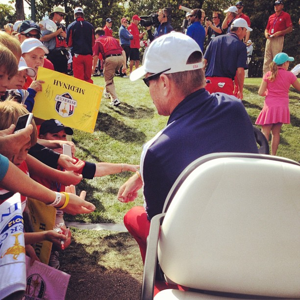 @stephaniemwei:Assistant captain Mike Hulbert passing out Ryder Cup pins to the fans in the walkway from 16 green to 17 tee. #scarylargecrowds