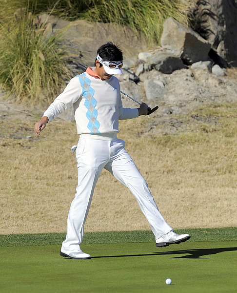 Ryuji Imada chased away a bee on the third hole, then went on to shoot a 71 on Friday.