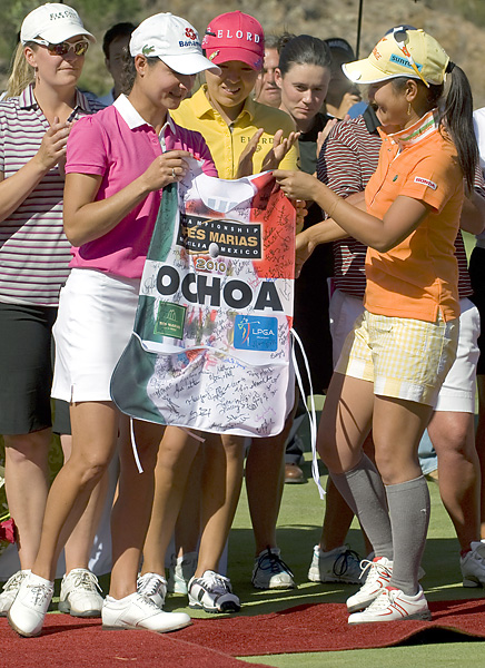 Miyazato thanked Ochoa at a post-tourney ceremony and presented Ochoa with a caddie bib that had been signed by her LPGA peers.
