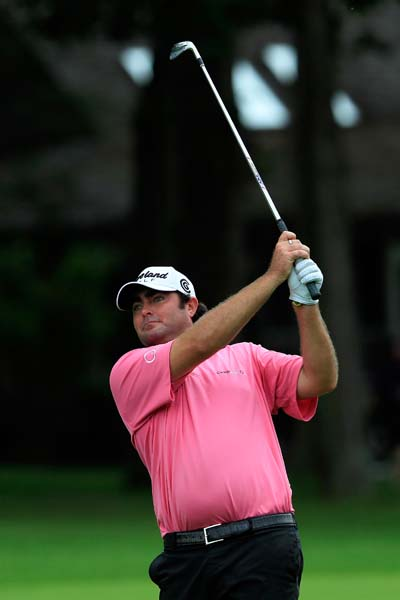 Australian Steve Bowditch has four birdies on the back nine Friday to get to 8-under.