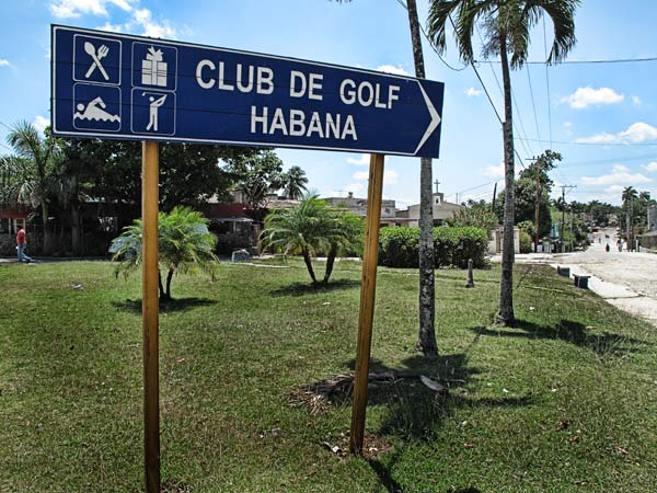 The street sign pointing in the direction of the Havana Golf Club.