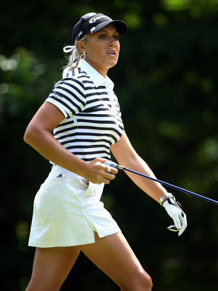 Defending champion Natalie Gulbis bogeyed 18 to shoot a 71.
