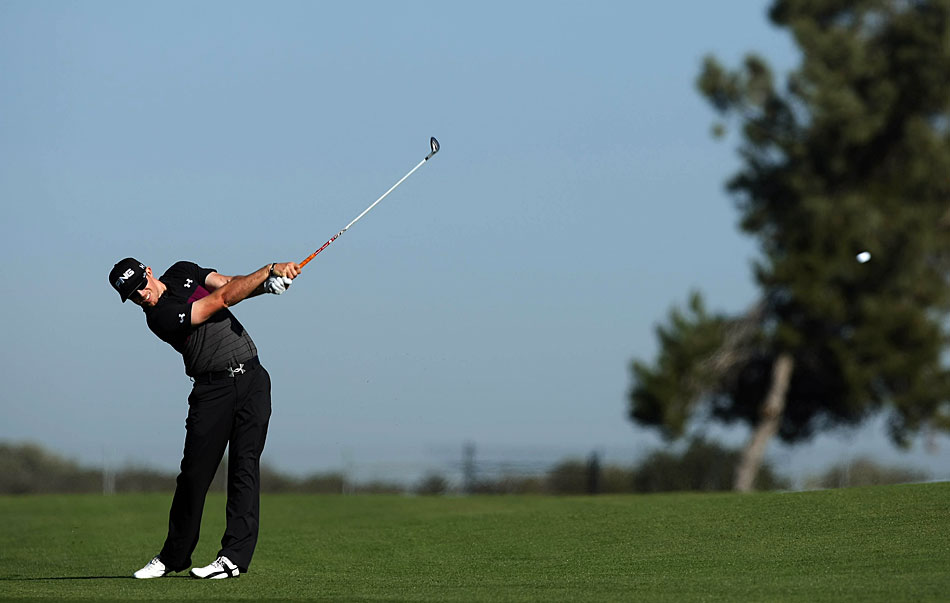 Hunter Mahan moved into contention with a bogey-free 65.