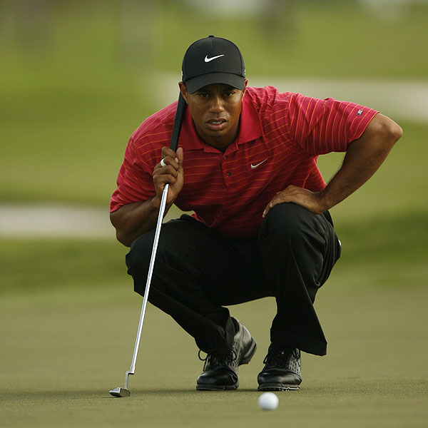 Tiger Woods had a rough day with five bogeys but managed to hold on to the lead.