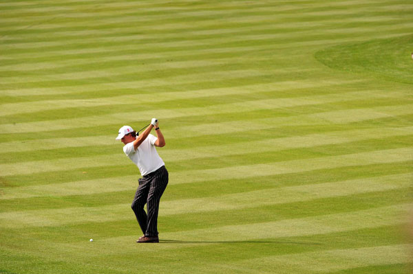 made an eagle on the par-4 8th to shoot a 67. Mickelson, Retief Goosen and Kevin Na are one shot behind the leaders.