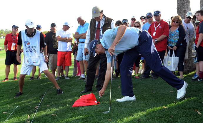 Matt Kuchar's tee shot fell into a spectator's bag on the 18th hole. He saved par to finish with a two-under 70.
