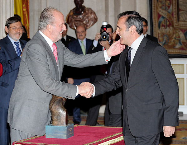 In October 2008, Ballesteros was diagnosed with a cancerous brain tumor, for which he underwent four surgeries late that year. One of the few public appearances he made following the diagnoses occurred in May 2010 when he was awarded the Lifetime Achievement Award at the Spanish National Sports Awards. Seve was presented with the award by King Juan Carlos of Spain.