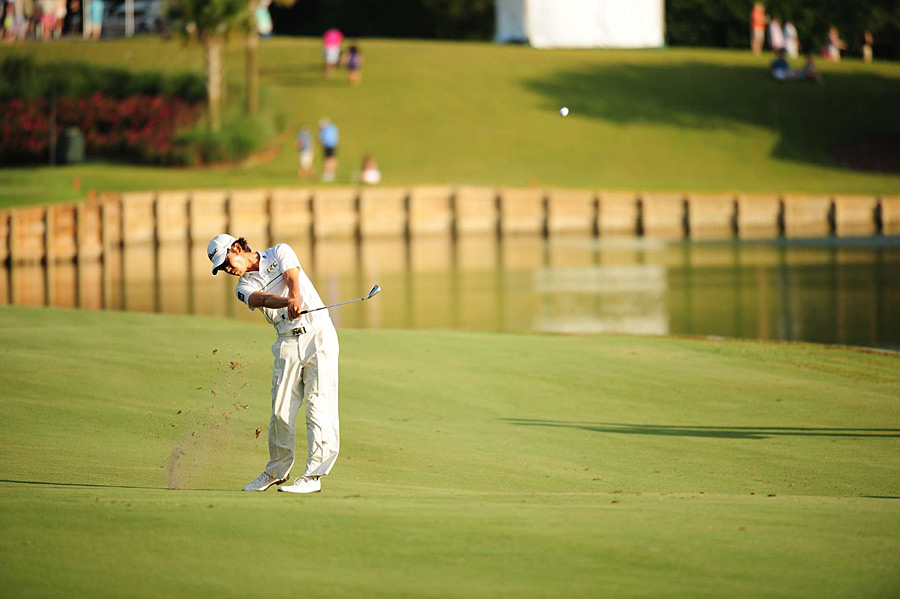 Despite having trouble taking the club back, Kevin Na shot a bogey-free 68 to lead by one.