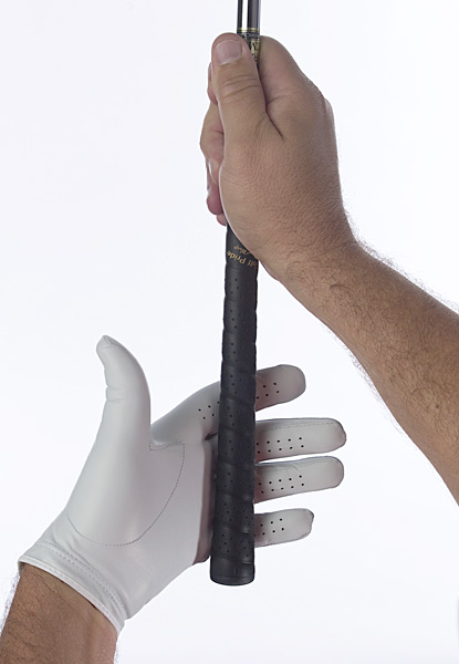 With your right hand, grab the shaft whereit meets the grip and hold the club out infront of you at a 45-degree angle. Turn yourleft palm toward you and then set the gripin the area between your first knuckles andthe top of your palm.Step 1: Placing the handleWith your right hand, grab the shaft where it meets the grip and hold the club out in front of you at a 45-degree angle. Turn your left palm toward you and then set the grip in the area between your first knuckles and the top of your palm.