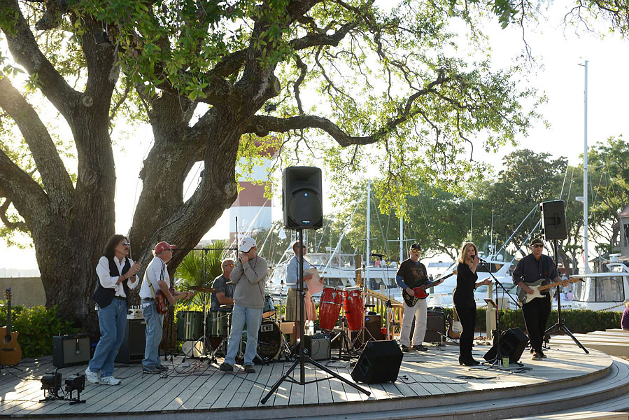 The big tree near the Harbour Town lighthouse is the best spot to hear live music every evening and night.