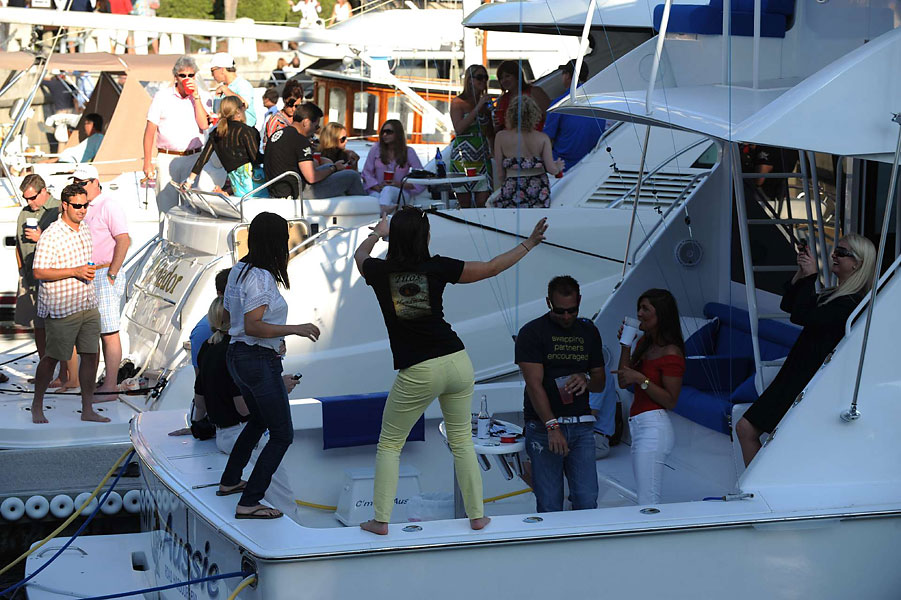 The bigger the boat, the bigger the party in the Harbour Town marina, where crowds gather around sunset for food, drink and fun. All kinds of music blasts from the boats starting around sundown.