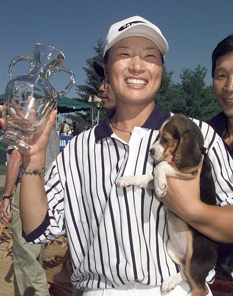 Se Ri Pak celebrated with her dog, Happy, after winning the 1998 Jamie Farr Classic.