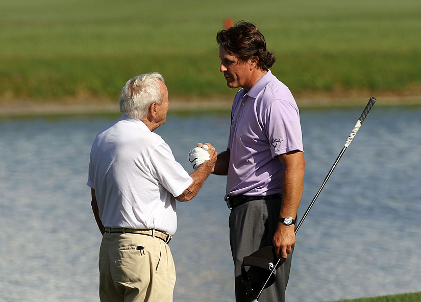 Arnold Palmer stopped by to chat with Mickelson during his round.