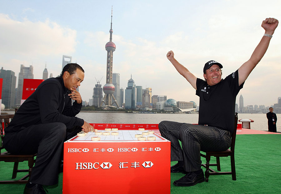 Phil Mickelson beat Woods in a game of Chinese chess at the 2009 HSBC photo call at the Shanghai Port International Cruise Terminal.