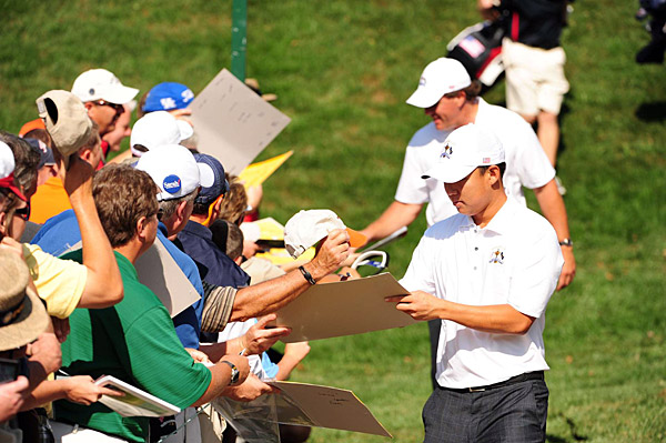 Kim and Mickelson signed autographs between holes.