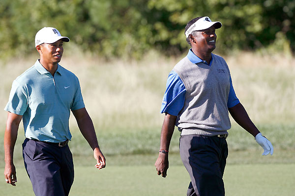 Round 2 Deutsche Bank Championship                                                          Tiger Woods and Vijay Singh had much to smile about Saturday as they both moved into contention. Woods shot a 64, and Singh, who had missed two straight cuts, shot a 66.