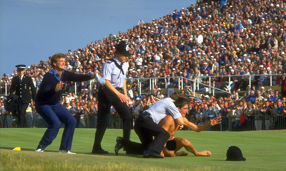 During the 1985 British Open, a fan took it all off and met Peter Jacobsen out on the course. Jacobsen wasted no time in taking him down.