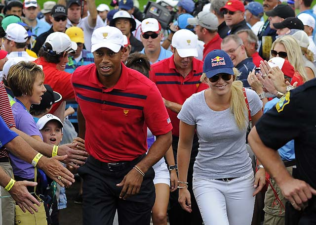 Tiger Woods and Lindsey Vonn on the 18th green during Day Three Four-ball matches.