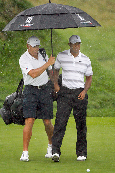 and his caddie Steve Williams battled through the rain on Wednesday to get some final practice in.