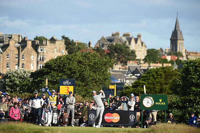 Dustin Johnson continued his solid play in the second round at St. Andrews, quickly getting back into the lead.