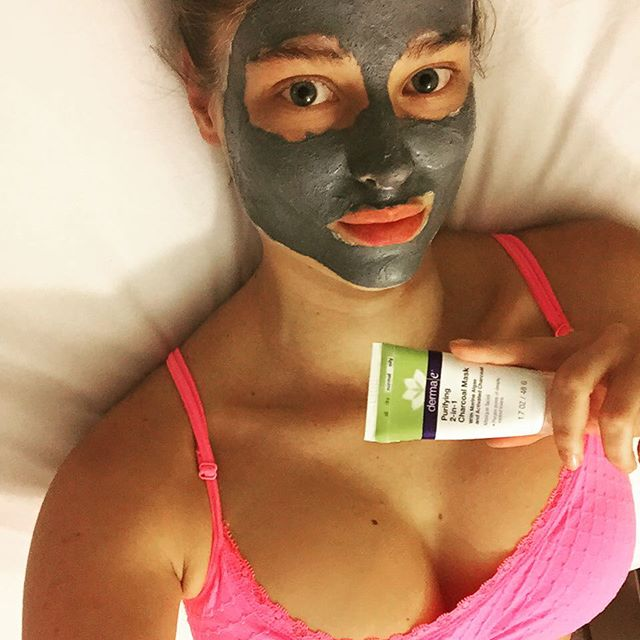 #serviceyourselfsunday ... On a Monday! @dermae purifying 2-in-1 Charcoal mask. Verdict? Getting dirty never felt so clean Thanks for having me #secretroomevents