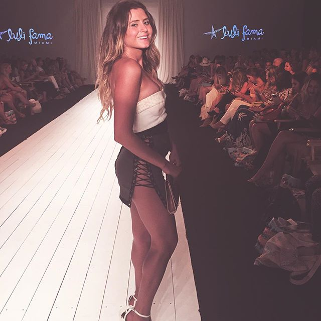 Look who we ran into at the @lulifamaswimwear show tonight! Our favorite @si_swimsuit surfer babe @anastasiaashley #siswim