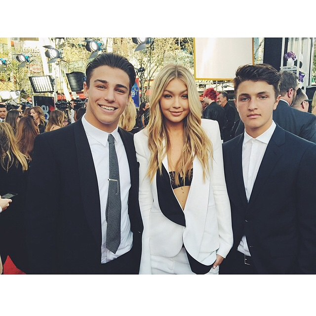 Who knew that when I asked my lil bro @anwarhadid to be my date to @theAMAs that I'd get to have two lil bros on the red carpet?! xx @tannerzagarino